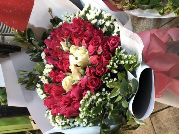 dành tặng cho tình yêu lãng mạn là bó hoa hồng đỏ quả tim xinh xắn, có nàng nào lại nỡ chối từ